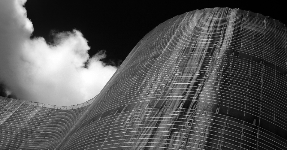 24.mai.2016 - No endereço, está o suntuoso edifício Copan, projetado para ser símbolo do crescimento da capital paulista e da sua transformação em uma grande metrópole. Cinco séculos depois da sua inauguração, a fachada do Copan está sendo restaurada, com a substituição das pastilhas, que deve ter duração de três anos