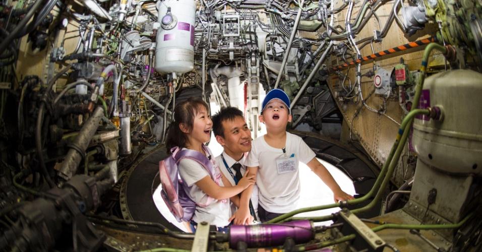30.mai.2016 - Crianças ficam impressionadas com o interior de uma aeronave durante uma visita a exposição temática de aviação em Wuhan, capital da província de Hubei, na região central da China
