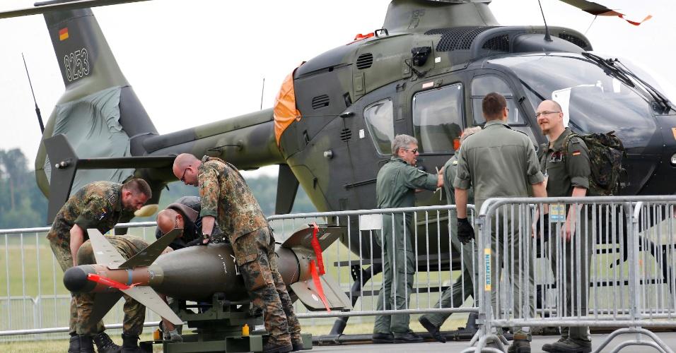 30.maio.2016 - Soldados alemães se preparam para o International Aerospace Exhibition (ILA) Berlin Air Show, evento na Alemanha que reúne os principais fabricantes de aeronaves do mundo e acontece de 1º a 4 de junho