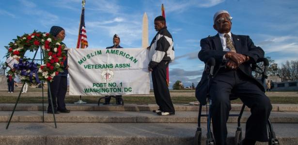 Nazim Abdul Karreim e integrantes da Associação de Veteranos Muçulmanos Americanos