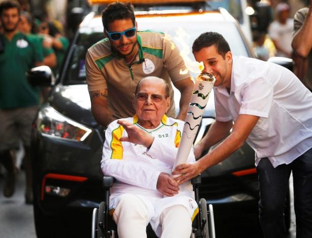 Pitanguy, em cadeira de rodas, carregou a tocha olímpica na véspera de sua morte