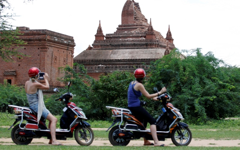 25.ago.2016 - Turistas observam templo destruído em sítio arqueológico de Bagan, em Mianmar. Um terremoto de magnitude 6,8 na escala Richter atingiu o país e danificou quase cem templos centenários da região