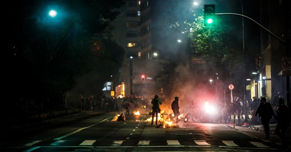 31.ago.2016 - Polícia atira bombas de gás na Avenida da Consolação durante protesto contra o impeachment da ex-presidente Dilma Rousseff. Dilma foi condenada nesta quarta-feira (31) pelo Senado no processo de impeachment por ter cometido crimes de responsabilidade na condução financeira do governo. O impeachment foi aprovado por 61 votos a favor e 20 contra