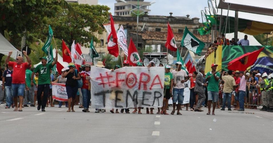 7.set.2016 - Manifestantes pedem a saída do presidente Michel Temer da Presidência da República durante ato em Maceió (AL)