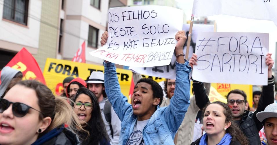 7.set.2016 - Manifestantes pedem a saída do presidente Michel Temer e do governador José Ivo Sartori durante protesto em Passo Fundo (RS)