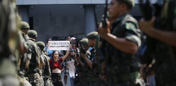 Mulher protesta contra governo Temer durante desfile de 7 de Setembro no Rio - Ricardo Borges/Folhapress