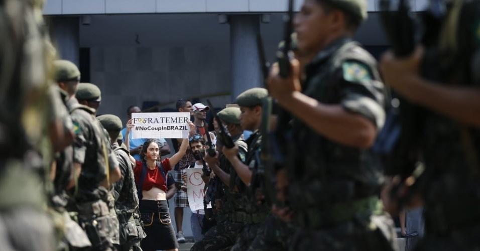 7.set.2016 - Mulher protesta contra governo de Michel Temer durante desfile civico-militar em homenagem ao Dia da Independência do Brasil, no centro do Rio de Janeiro