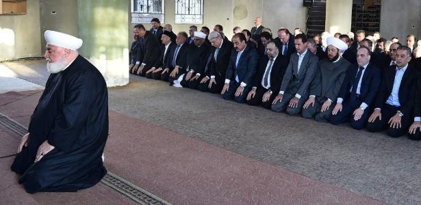 12.set.2016 - Foto publicada na página da Presidência da Síria no Facebook mostra o presidente Bashar al-Assad (4º a partir da direita) durante oração na mesquita Saad ibn Moaz de Daraya