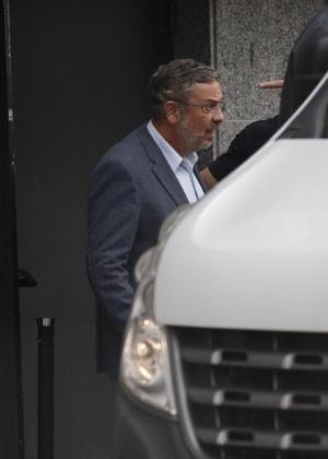 O ex-ministro Antonio Palocci deixa a sede da Polícia Federal, em São Paulo