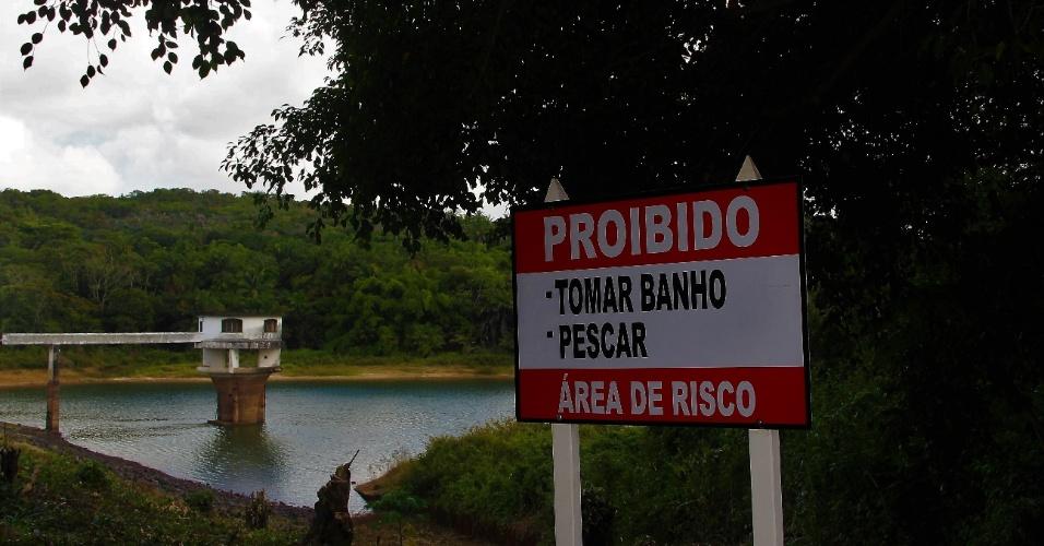 23.dez.2016 - Placa na barragem Rio dos Macacos informa sobre proibição de atividades