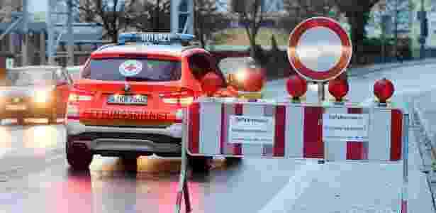 Ambulância ajuda na retirada de 54 mil pessoas de suas casas em Augsburg - Tobias Hase/AFP - Tobias Hase/AFP