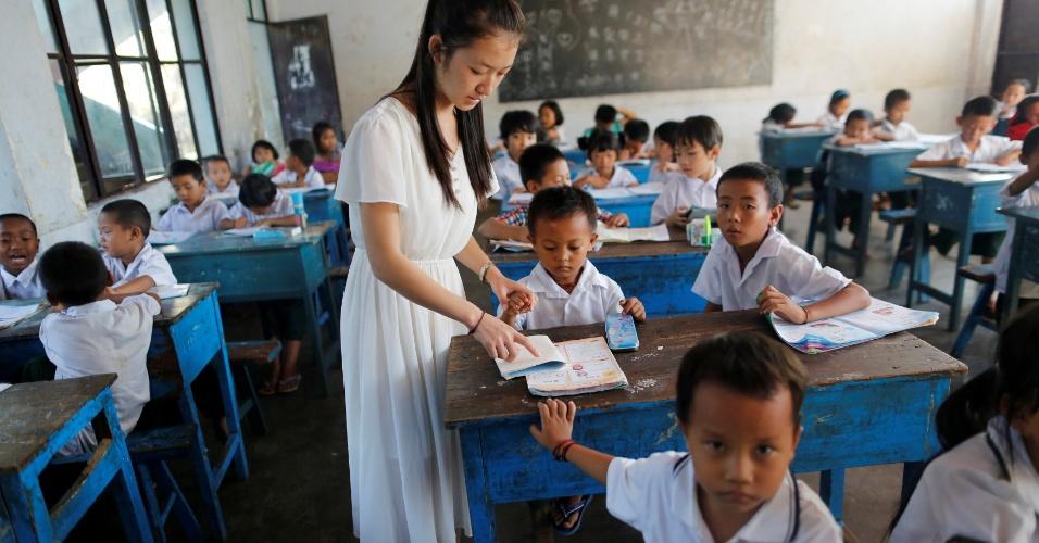 30.nov.2016 - Uma professora dá aulas de chinês em uma escola na cidade de Namtit, no nordeste de Myanmar