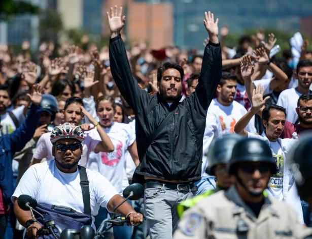 15.fev.2017 - Estudantes protestam pedindo eleições antecipadas em Caracas, na Venezuela