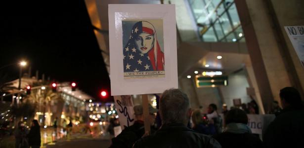 Manifestantes protestam contra o decreto anti-imigração de Trump no aeroporto de San Diego, na Califórnia