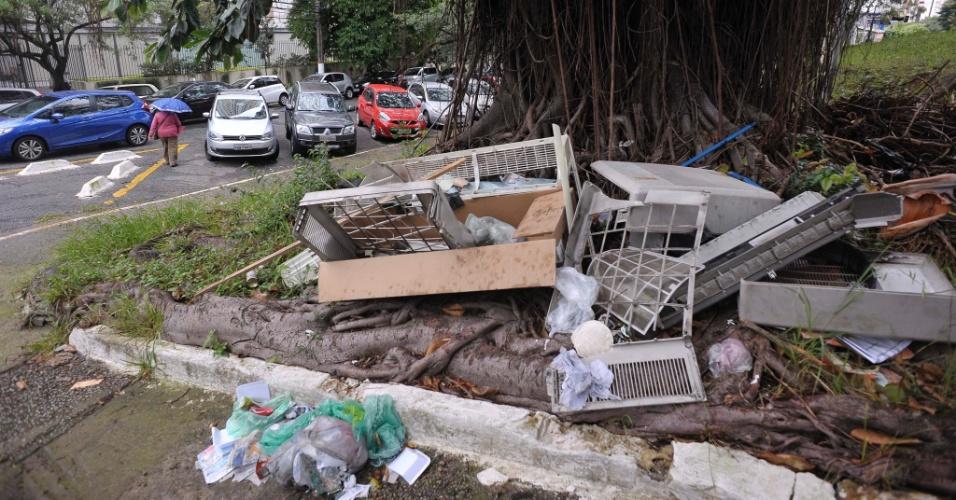 26.abr.2017 - Lixo com camas e restos de armário se acumulam na avenida Sena Madureira na esquina com a praça Manoel Vaz, na Vila Mariana, na zona sul de São Paulo