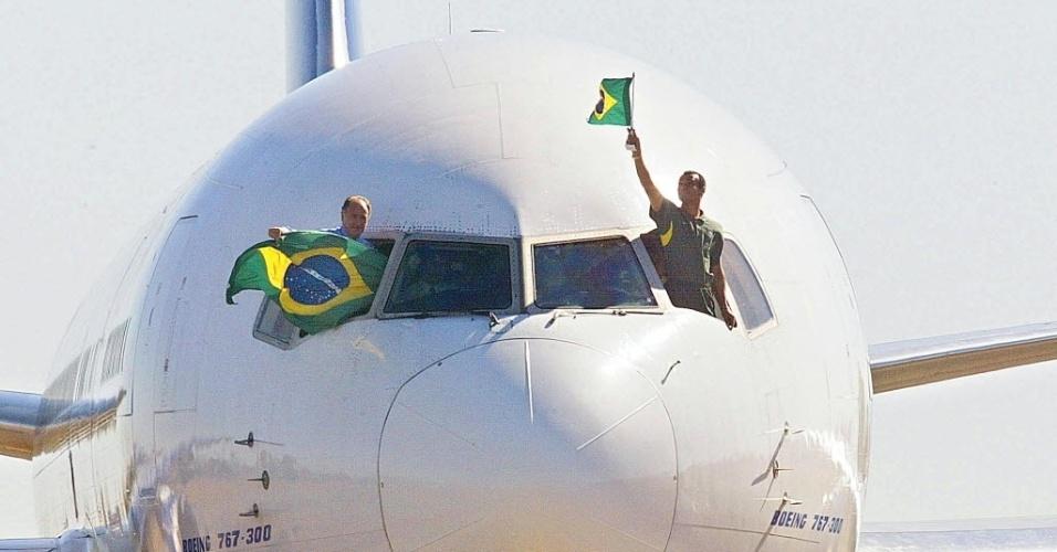 Técnico Luis Felipe Scolari e capitão Cafu na volta da seleção da Copa de 2002
