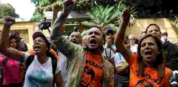 Apoiadores se reúnem na entrada da casa do líder da oposição venezuelana, Leopoldo López, que foi encaminhado a prisão domiciliar, neste sábado (8), depois de mais de três anos de regime fechado, em Caracas - Andres Martinez Casares/Reuters - Andres Martinez Casares/Reuters