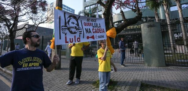 12.jun.2017 - Manifestantes que apoiam a Operação Lava Jato se manifestam em frente à sede da Justiça Federal em Curitiba