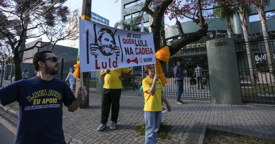 12.jun.2017 - Manifestantes que apoiam a Operação Lava Jato se manifestam em frente à sede da Justiça Federal em Curitiba, nesta quarta-feira