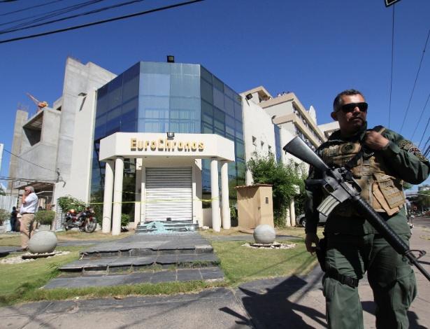 13.jul.2017 - Policial faz segurança de joalheria assaltada em Santa Cruz, na Bolívia