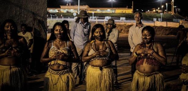 Protesto de índios mundurukus no canteiro de obras da usina hidrelétrica São Manoel, no rio Teles Pires, na fronteira entre Pará e Mato Grosso