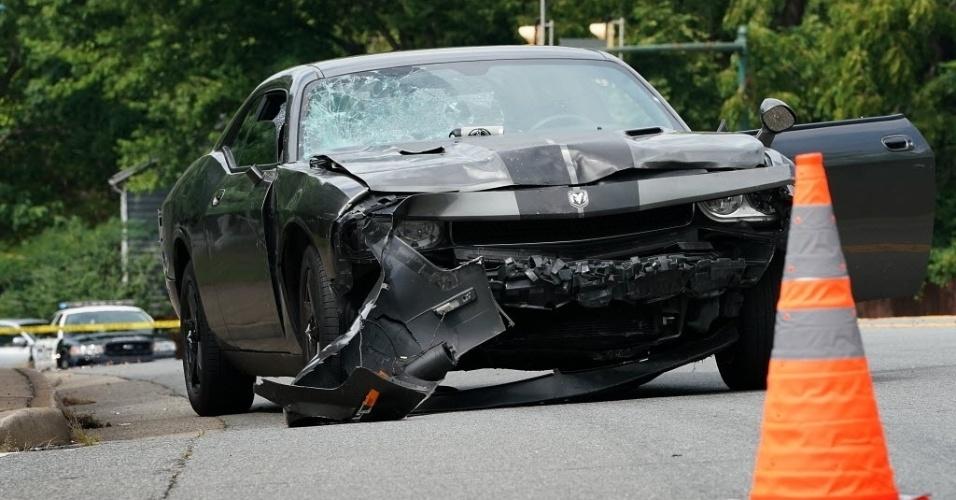 12.ago.2017 - O carro que atropelou a multidão em Charlottesville, na Virgínia, ficou com a parte dianteira e o para-brisas destruídos. Ao menos uma pessoa foi morta e várias ficaram feridas no incidente