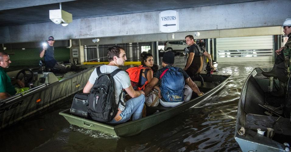 29.ago.2017 - Pessoas são retiradas de barco em estacionamento inundado em Houston