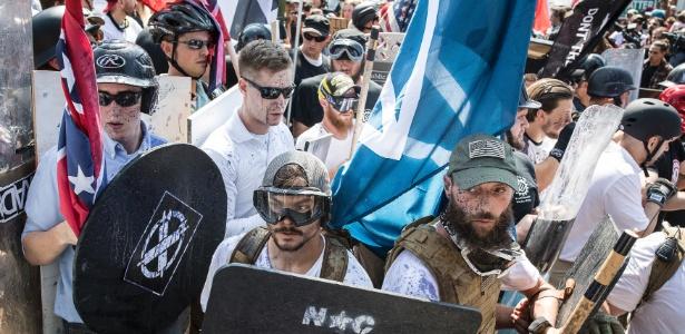 12.ago.2017 - Integrantes de grupos de extrema direita durante protesto contra retirada de monumento dos Confederados em Charlottesville