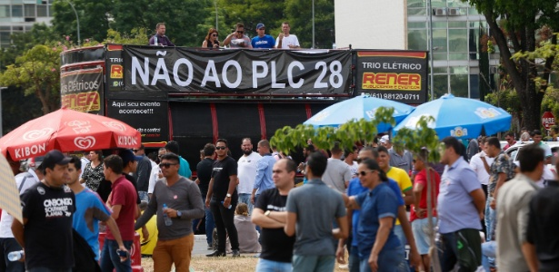 Taxistas e motoristas de aplicativos como Uber, Cabify e 99 Taxis, protestam em frente ao Congresso Nacional, em Brasília, por conta da votação da PLC 28/2017 - Walterson Rosa/Estadão Conteúdo