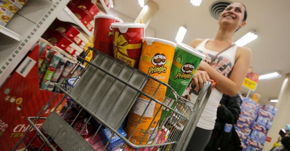 24.11.2017 - Consumidores fazem compras em loja de eletrodomésticos durante as primeiras horas desta sexta-feira, dia de Black Friday, no centro da cidade de São Paulo