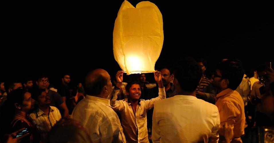 31.dez.2017 - Indianos celebram a chegada de 2018 com uma lanterna em uma praia de Mumbai, na Índia