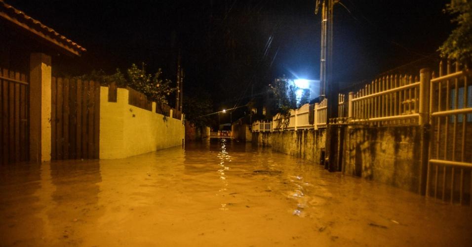 10.jan.2018 - Rua em Florianópolis fica alagada durante a noite. Chuvas no estado já ultrapassam em duas vezes a média esperada para janeiro