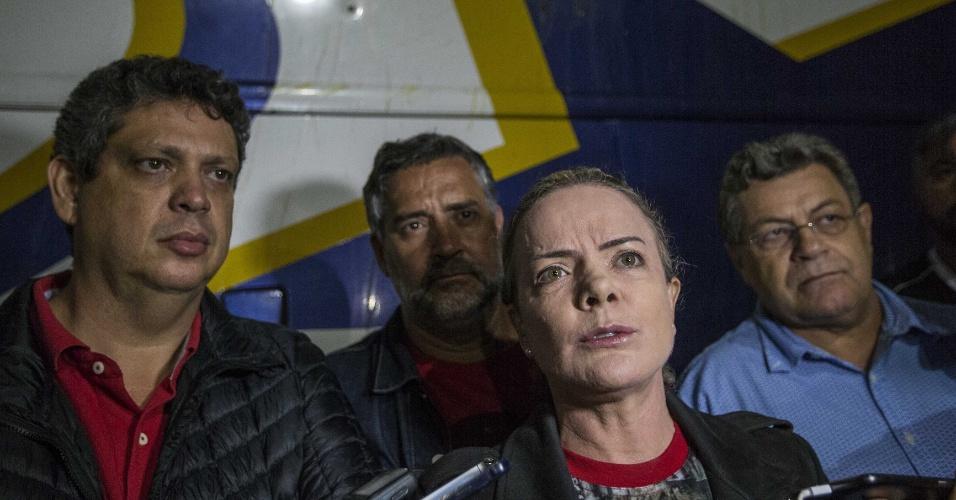 """27.mar.2018 - A senadora e presidente do PT, Gleisi Hoffman, fala a jornalistas sobre um ataque à caravana do ex-presidente Lula quando se encaminhava para a cidade de Laranjeiras (PR). Segundo membros da comitiva, dois ônibus foram atingidos por quatro tiros e dois pneus dos mesmos veículos foram perfurados por ganchos pontiagudos de metal, conhecidos como """"miguelitos"""""""