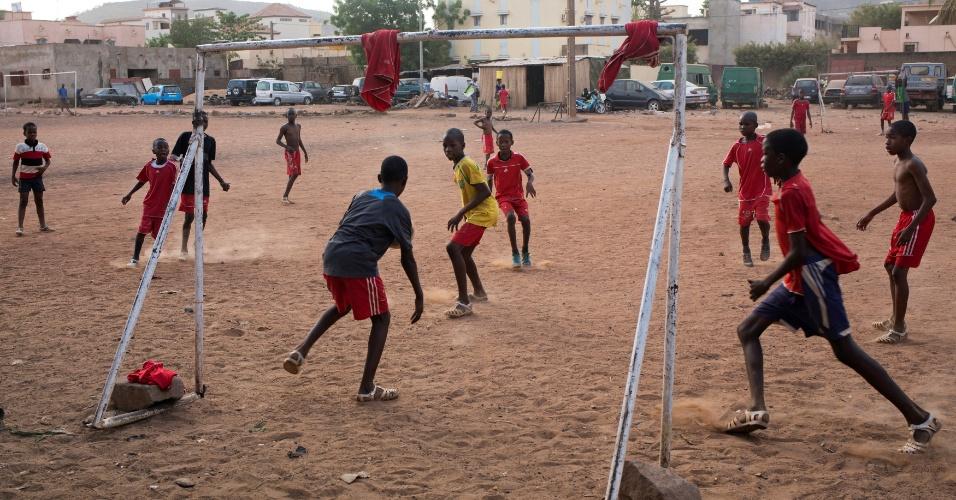 10.maio.2018 - Meninos da vizinhança de Bamako, no Mali, jogam futebol
