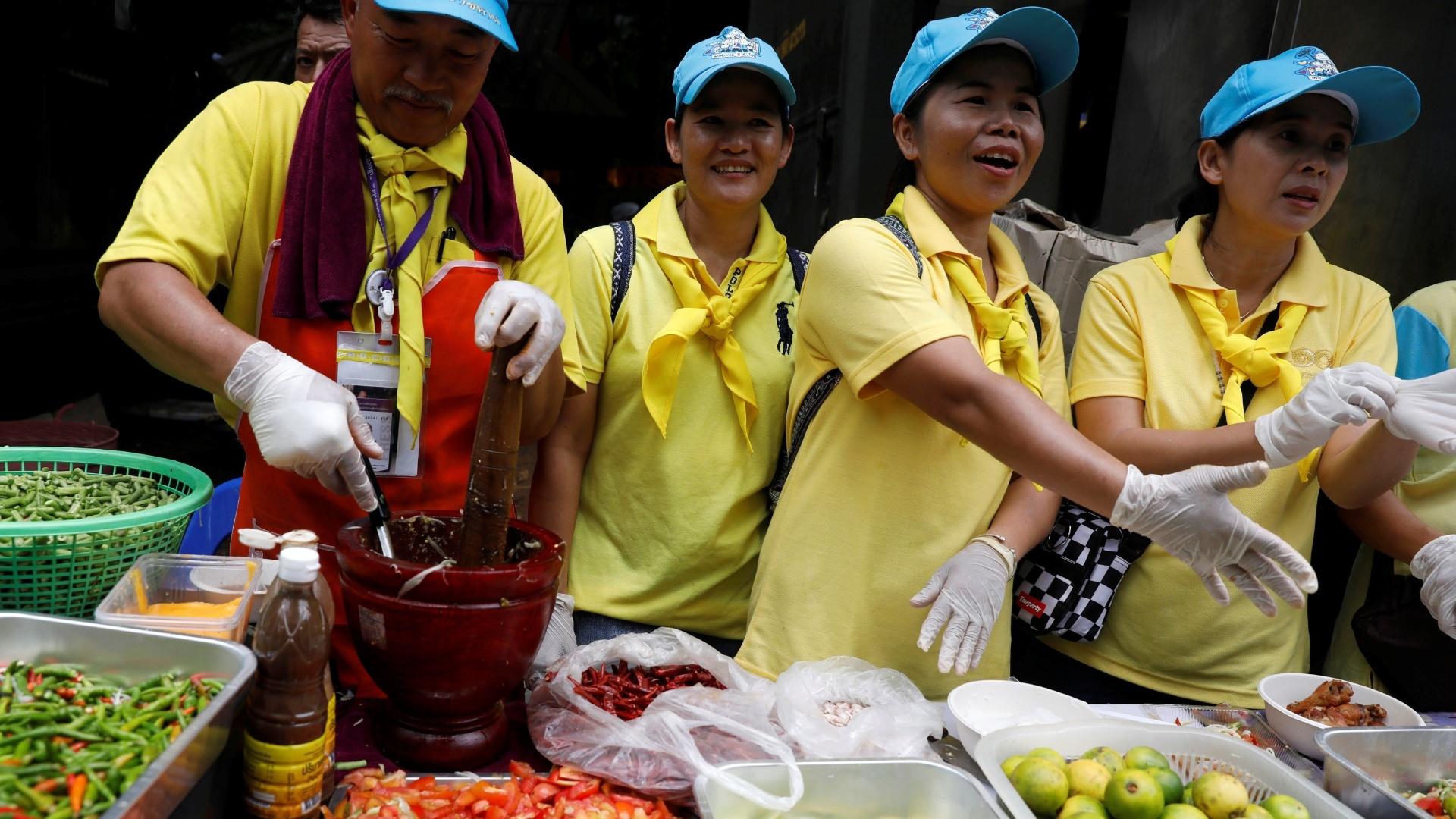 7.jul.2018 - Voluntários entregam comida grátis para equipes de resgate perto do complexo de cavernas de Tham Luang