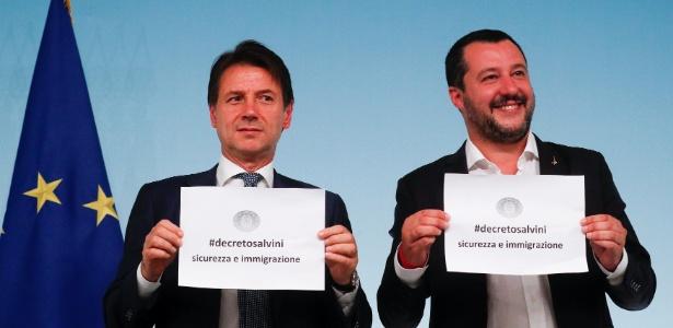 Premiê italiano, Giuseppe Conte, e o Ministro do Interior, Matteo Salvini, comemoram aprovação de novo decreto - Alessandro Bianchi/Reuters