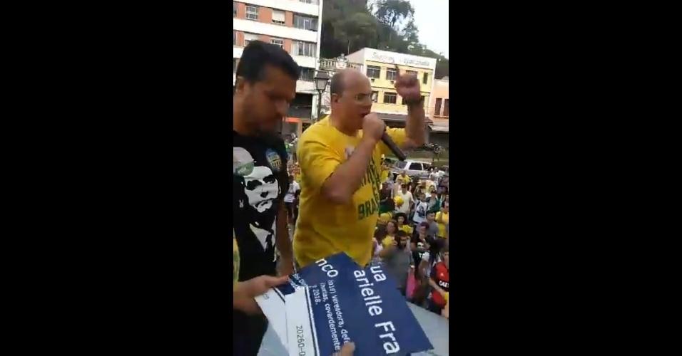 Wilson Witzel (PSC) participa de campanha ao lado de placa quebrada com o nome de Marielle Franco em Petrópolis (RJ)