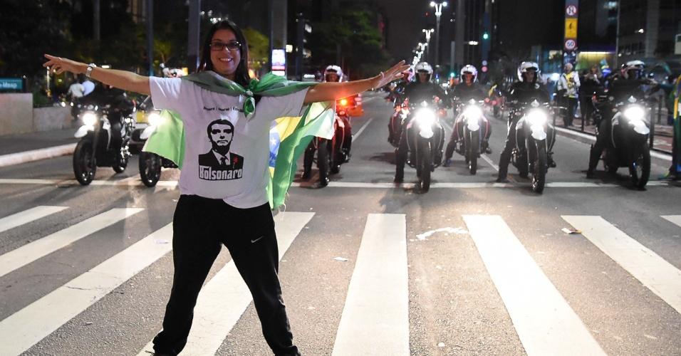 28.out.2018 - Manifestantes comemoram a eleição de Jair Bolsonaro (PSL) na Avenida Paulista, no centro de São Paulo