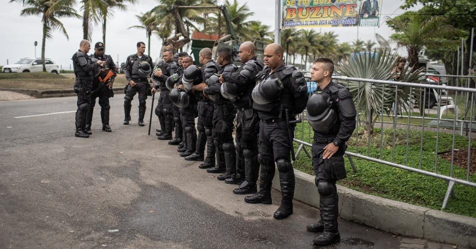 29.out.2018 - Polícia Militar em frente ao condomínio onde mora o presidente eleito Jair Bolsonaro, na Barra da Tijuca, no Rio de Janeiro