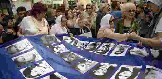 Mães e avós da Praça de Maio levam faixa com retratos de desaparecidos durante o regime militar argentino - EITAN ABRAMOVICH/AFP - EITAN ABRAMOVICH/AFP