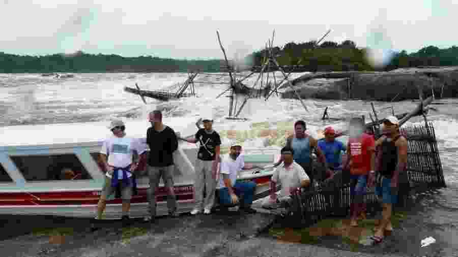 Equipe estudou genomas de indígenas de diferentes etnias da América do Sul; na foto, participantes da pesquisa no Rio Uapés, no norte do Brasil - Divulgação
