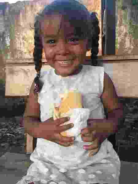 Menina venezuelana chora ao morder sanduíche ganhado de brasileiros - Aliança de Misericórdia