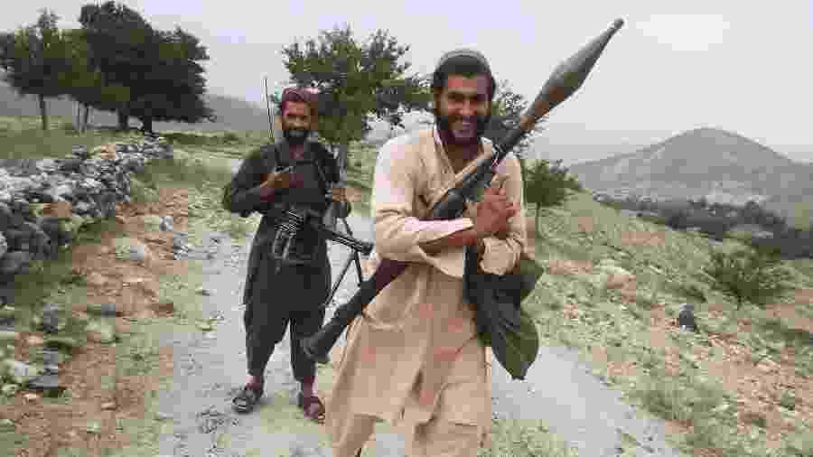 O comandante Zarqawi, também conhecido como Zabet Khan, com um lança-fogueetes, em Nangarhar, no Afeganistão - Handout via The New York Times