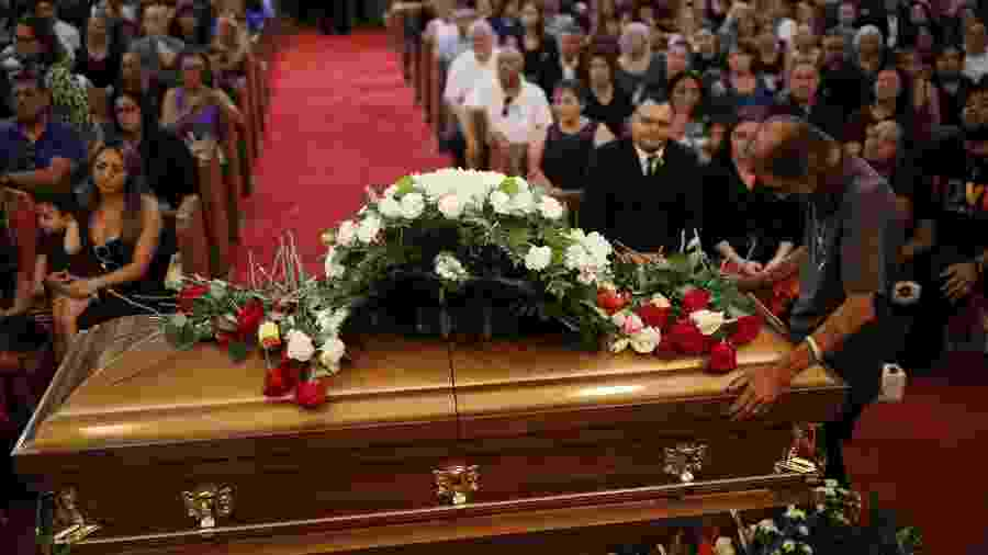 Antonio Basco sobre o caixão da esposa Margie Reckard, assassinada no ataque de El Paso - IVAN PIERRE AGUIRRE/ REUTERS