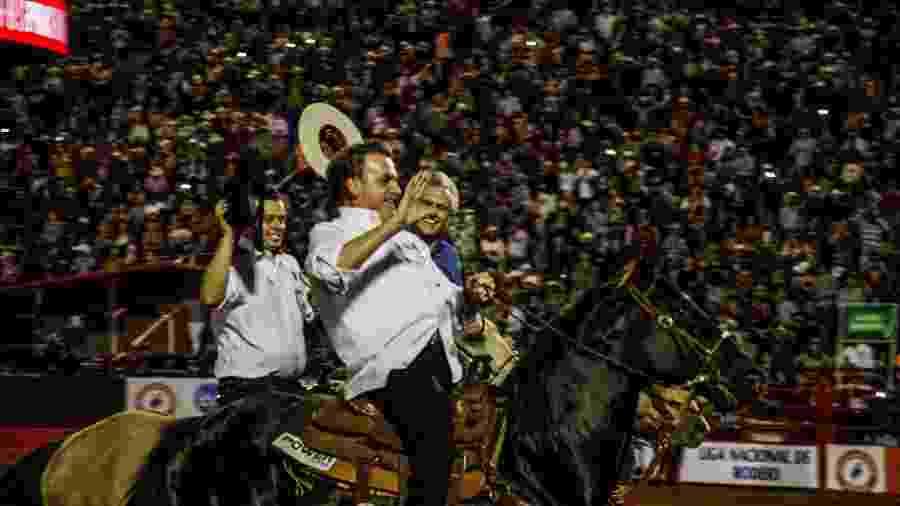 Jair Bolsonaro e o governador de Goiás, Ronaldo Caiado (DEM), andam a cavalo na festa do peão de Barretos - Ricardo Benichio/Folhapress
