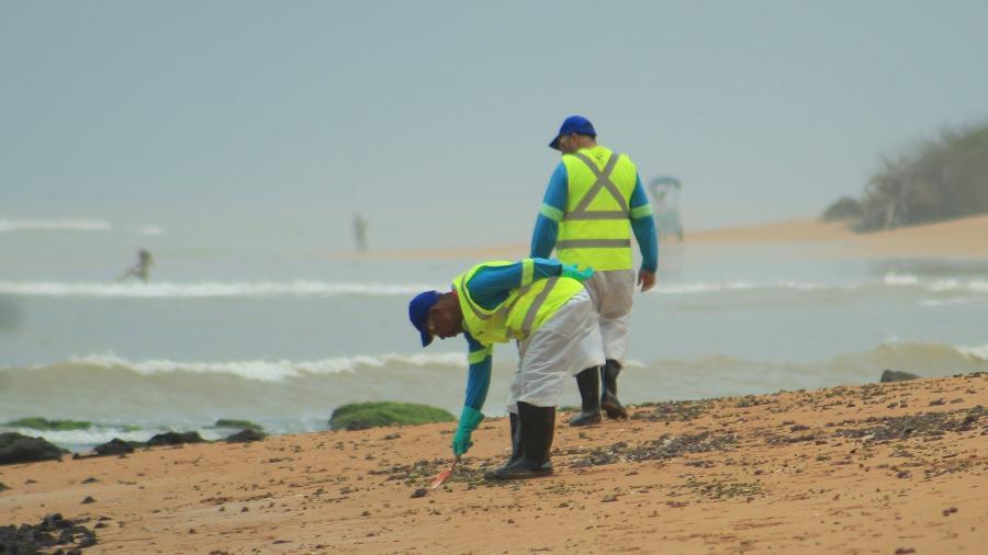 15.nov.19 - Fragmentos de óleo são retirados de praia no município da Serra, na Grande Vitória, no Espírito Santo - RENAN MOREIRA/MYPHOTO PRESS/ESTADÃO CONTEÚDO