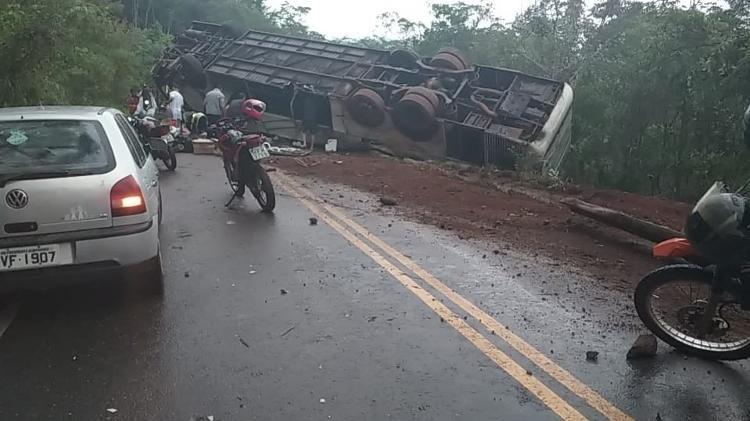 Acidente depois de jogos regionais | Ônibus com 51 passageiros capota na estrada no interior de Minas Gerais