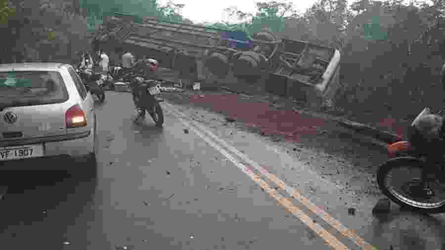 18.nov.2019 - Ônibus capota na estrada entre Montes Claros e Governador Valadares - Divulgação/CBMMG
