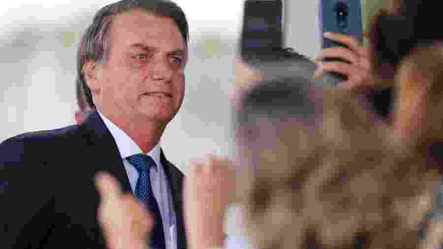 Presidente Jair Bolsonaro posa para fotos ao deixar Palácio da Alvorada -