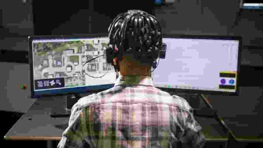 Jovem tem as ondas cerebrais monitoradas enquanto joga vídeo game - Universidade de Buffalo